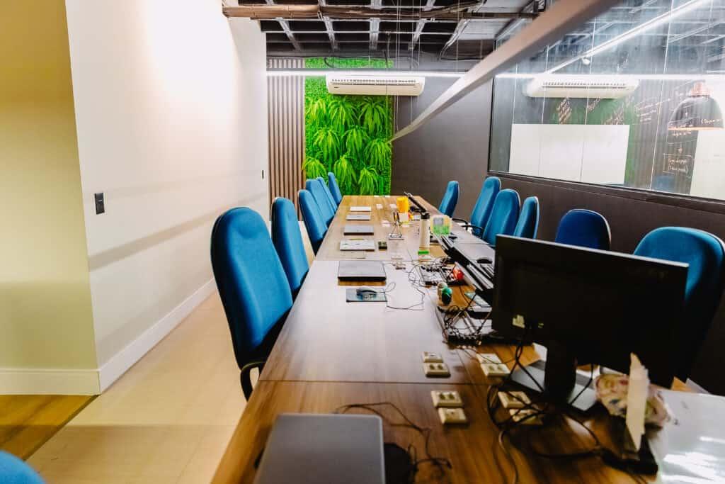 Ambiente de trabalho do novo escritório da Mobills