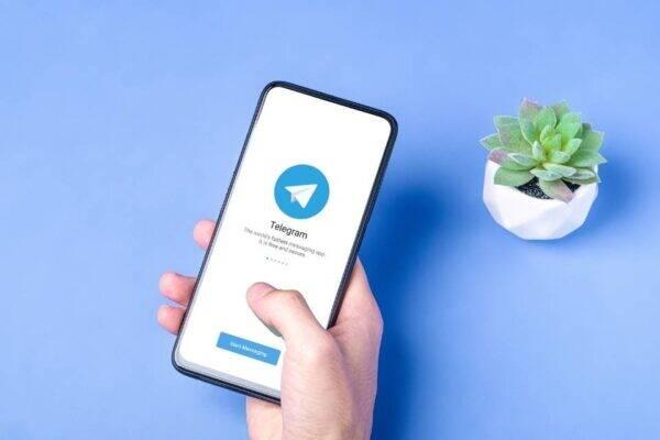 Imagem de um celular representando canais telegram