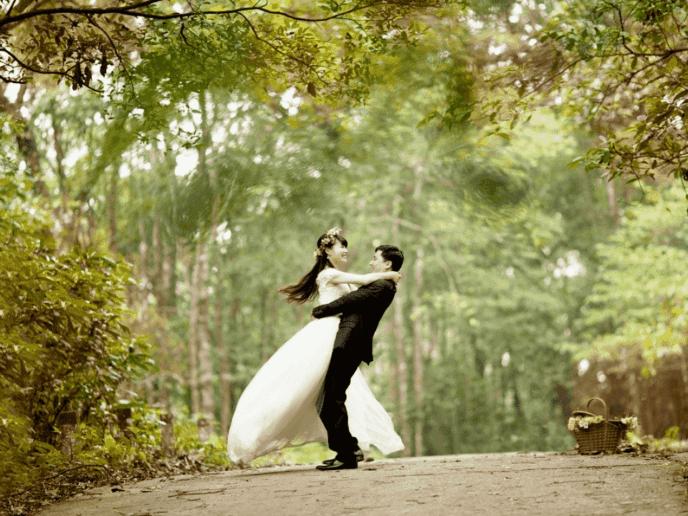 noivos abraçados, representando casamento econômico