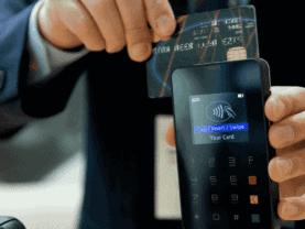 homem passando cartão de crédito em maquininha, representando como utilizar melhor seu cartão de crédito
