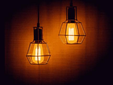 lâmpadas acesas, representando economia de energia