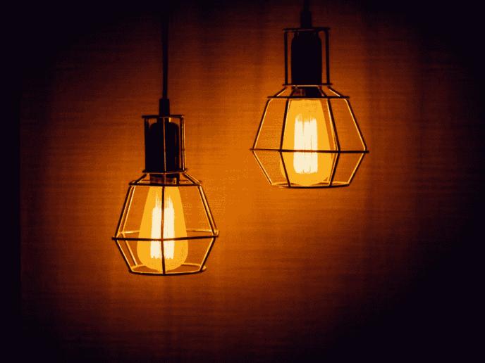 lâmpadas acesas, representando o ato de economizar energia