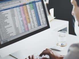 Homem com o Excel aberto no notebook simbolizando o tema enviar dados da sua planilha Excel para o Mobills