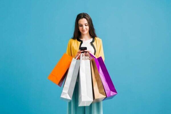Mulher com um aplicativo de lista de compras