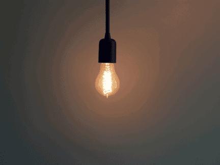 Lâmpada acesa simbolizando reduzir o consumo de energia