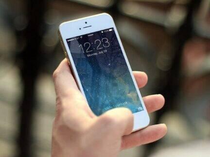 Imagem de um iPhone para simbolizar o conteúdo sobre apps de controle financeiro para iPhone