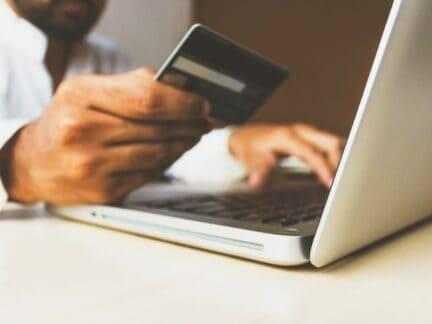 Imagem de um cartão de débito