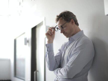 homem pensando em como controlar a sua vida financeira