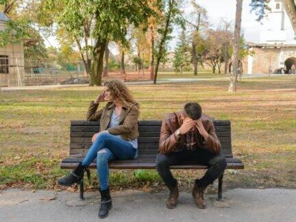 Imagem de um casal em uma situação desconfortável, simbolizando o tema