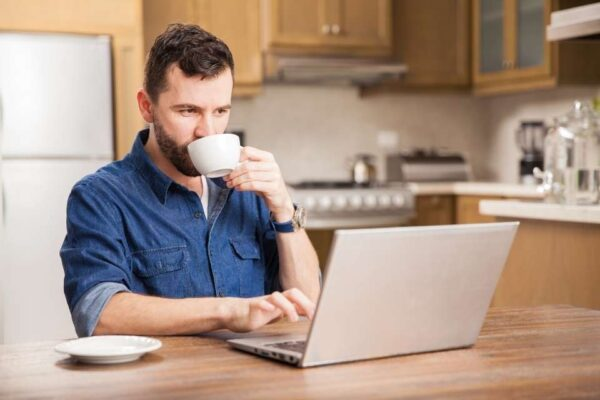 Homem pensando em como ganhar dinheiro na internet