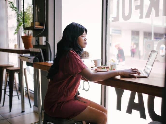 Imagem de uma mulher aprendendo como juntar dinheiro rápido