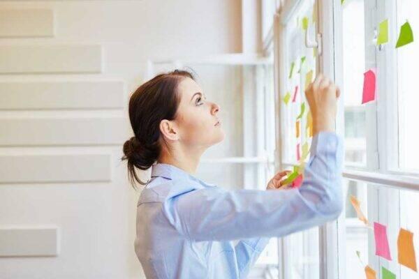 Mulher representando o tema como organizar as finanças