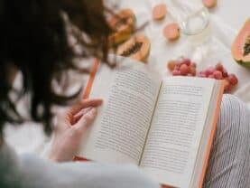 Pessoa com um livro simbolizando como trocar pontos Mobills