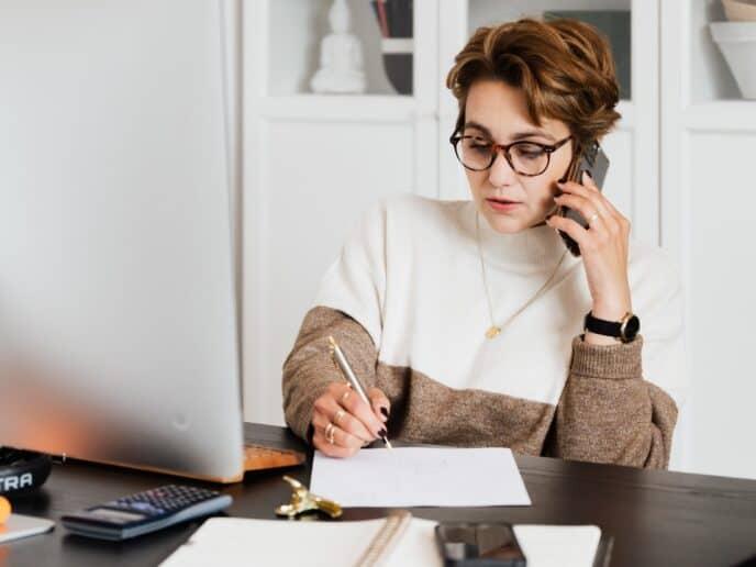 Imagem de uma pessoa acessando as melhores dicas de finanças pessoais para 2021