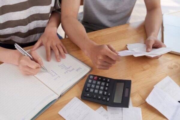 Casal se organizando para ver como sair das dívidas