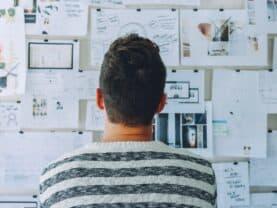 Imagem de um homem olhando papeis representando o tema dicas para se planejar