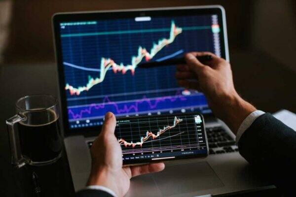 Imagem de uma pessoa investindo representando a corretora Toro Investimentos