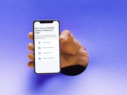 Imagem de uma mão segurando um celular representando o tema como utilizar o Mobills