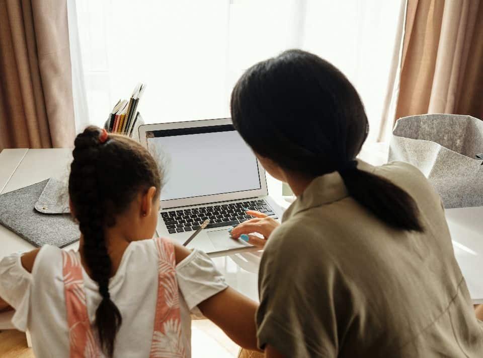 Uma mãe ensinando educação financeira