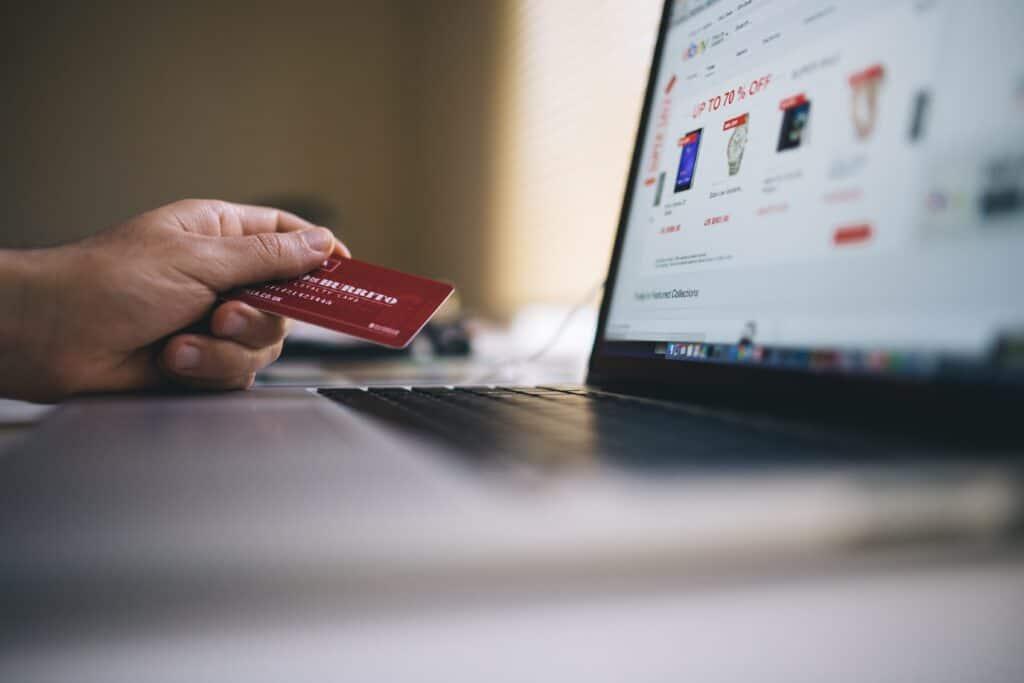 Exemplo de pessoa comprando material escolar barato com o cartão de crédito