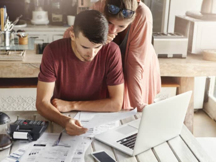 Casal analisando o orçamento familiar