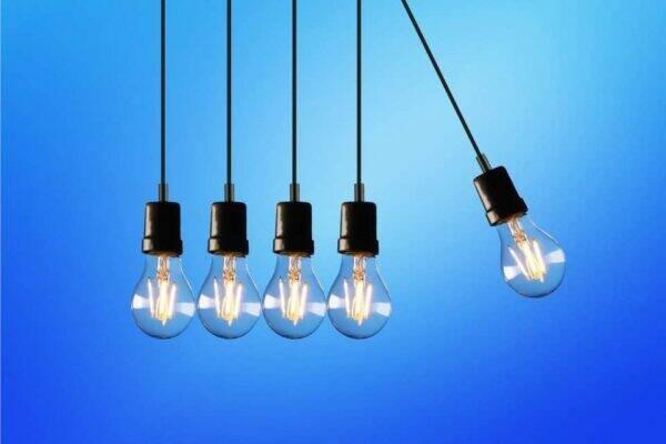 Lâmpadas acessas representando maneiras de como economizar energia