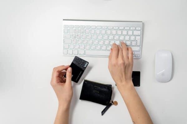 Pessoa utilizando um cartão simbolizando o tema cartões de crédito de alta renda