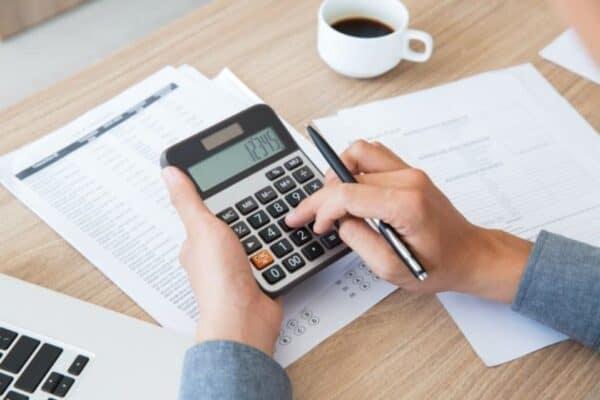 Pessoa calculando o CET de uma linha de crédito