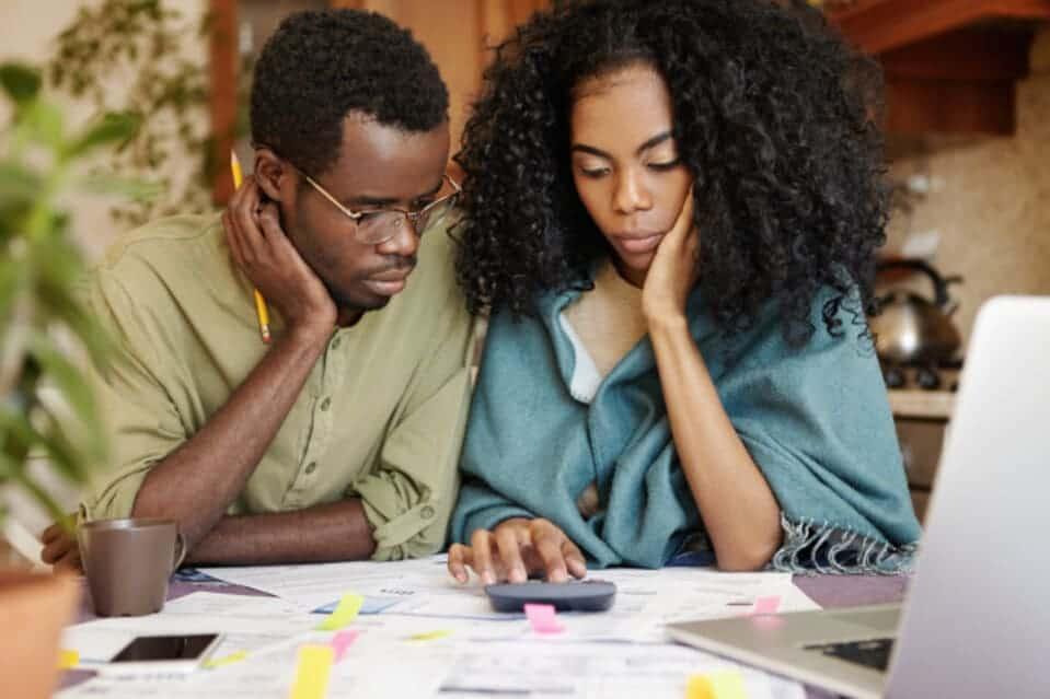 Casal conferindo o CET de uma linha de crédito antes de contratar