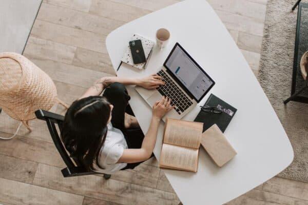 Pessoa lendo o livro o mais importante para o investidor