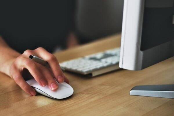 Pessoa pesquisando oportunidades em sites de emprego