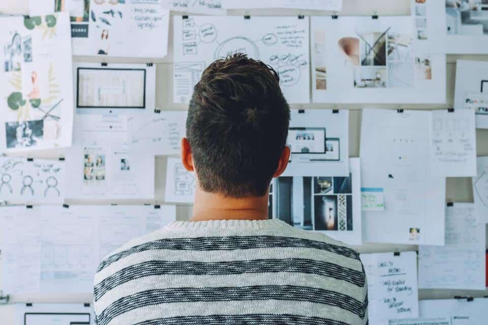 custo de oportunidade: pessoa pensando