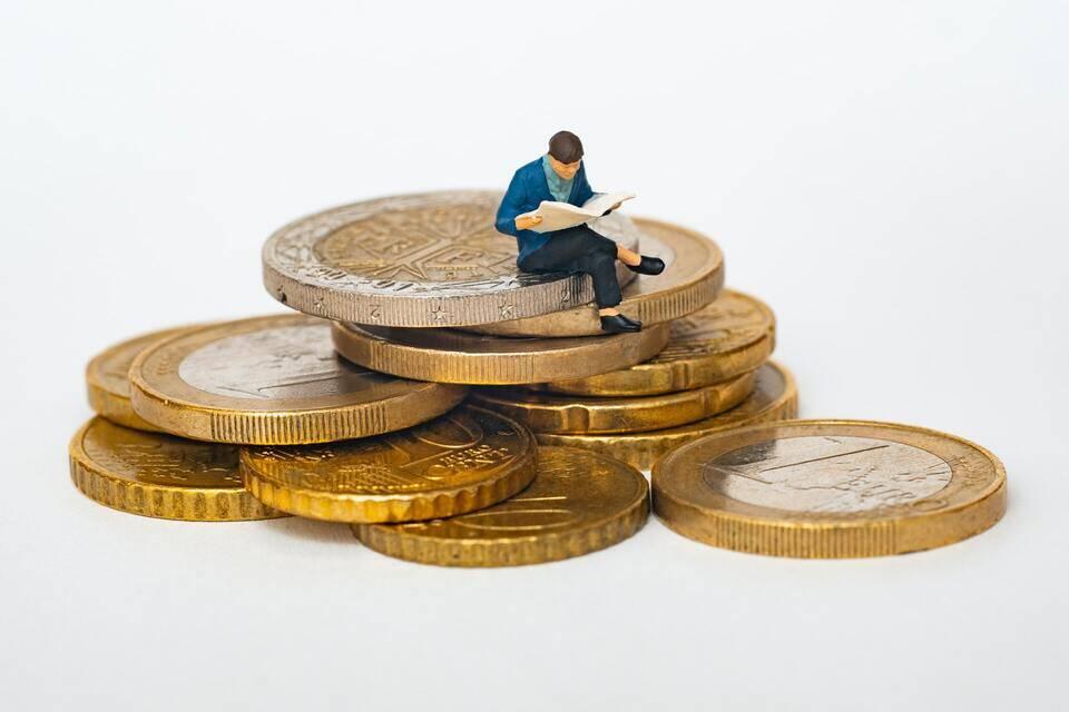 Taxa selic: pessoa em cima do dinheiro