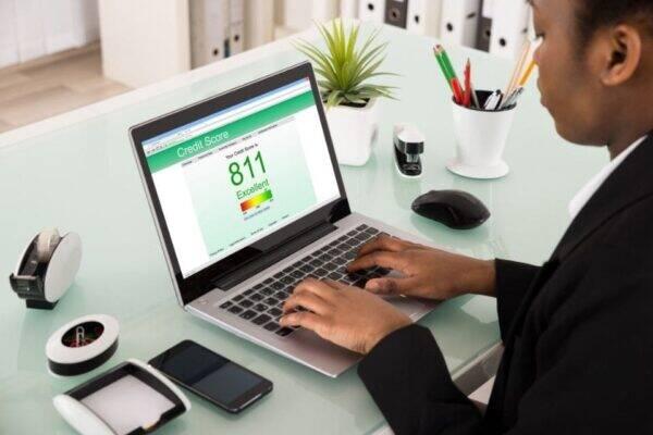 Pessoa pesquisando como aumentar score de crédito
