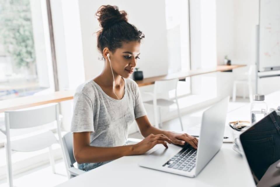 Mulher participando de pesquisas online para ganhar dinheiro