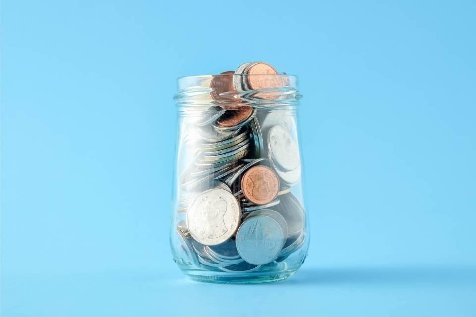 Pote de dinheiro representando o tema como diminuir tarifas bancárias