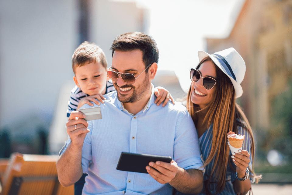 família representando como ganhar dinheiro com cartão de crédito.