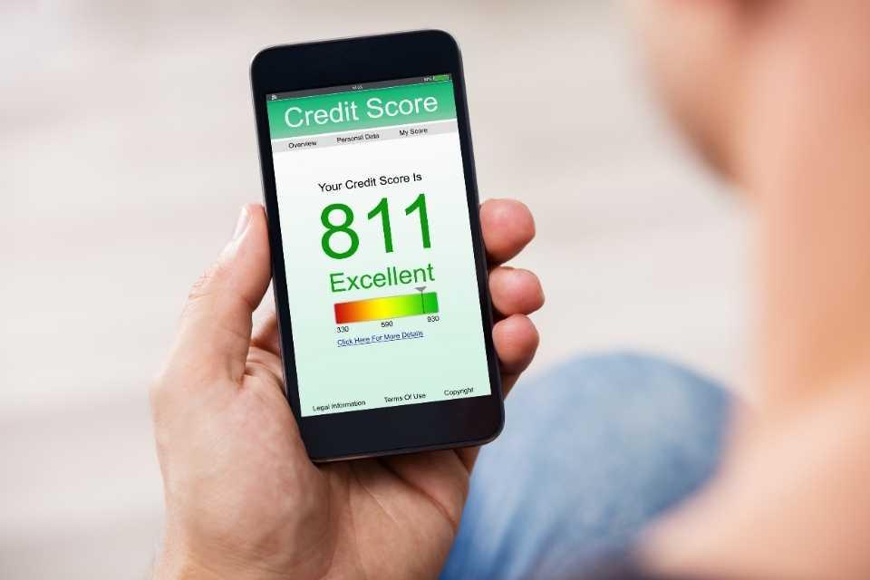 Celular com pontuação do score de crédito