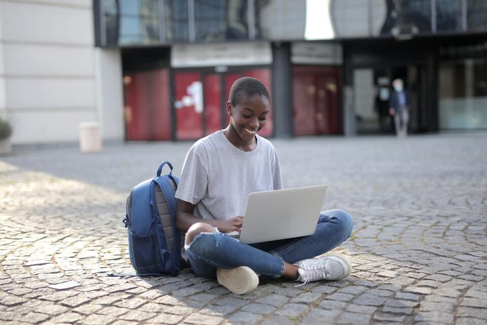 Mulher descobrindo como ganhar dinheiro na internet