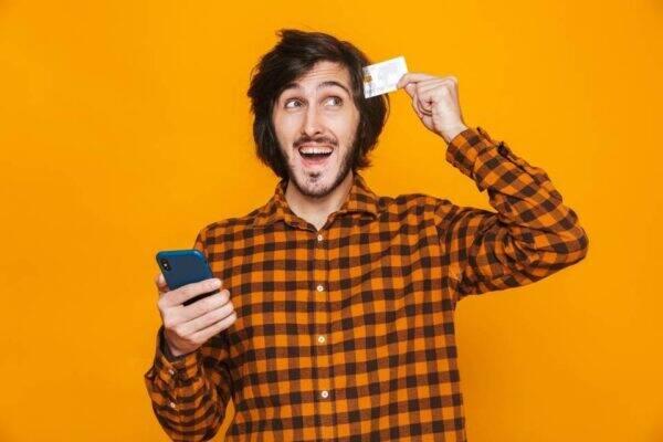 Pessoa com um cartão de crédito BMG card