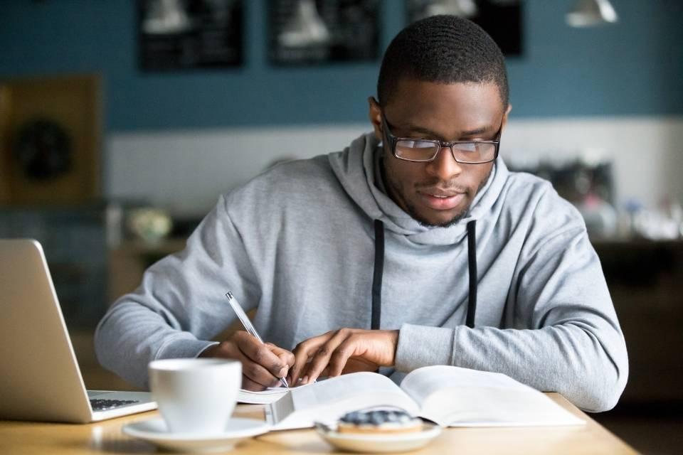 Homem fazendo um curso de educação financeira