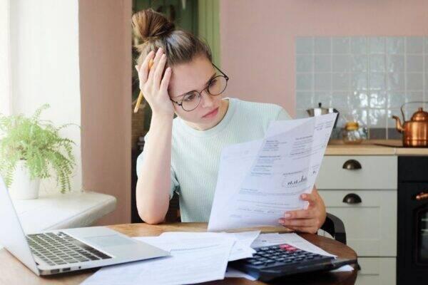 Mulher se perguntando o que é dívida ativa
