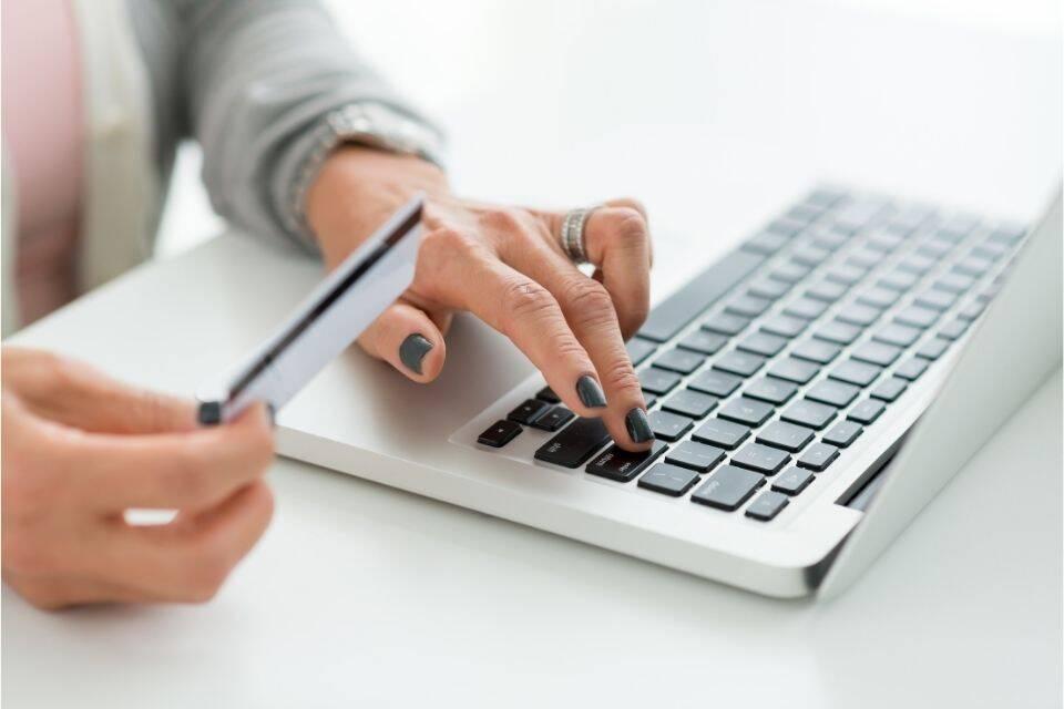 Pessoa fazendo empréstimo com cartão de crédito