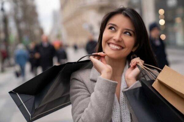 Mulher fazendo compras no exterior com Cartão de crédito internacional