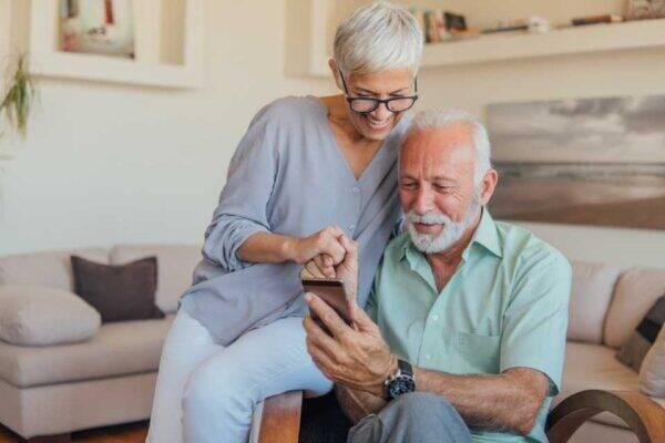 Casal de aposentados escolhendo um empréstimo consignado online