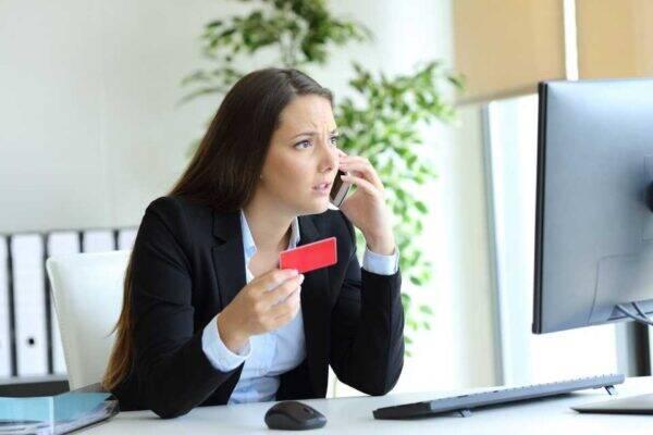 Mulher solicitando o estorno no cartão de crédito