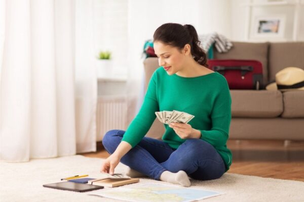 Mulher aprendendo como ganhar dinheiro extra