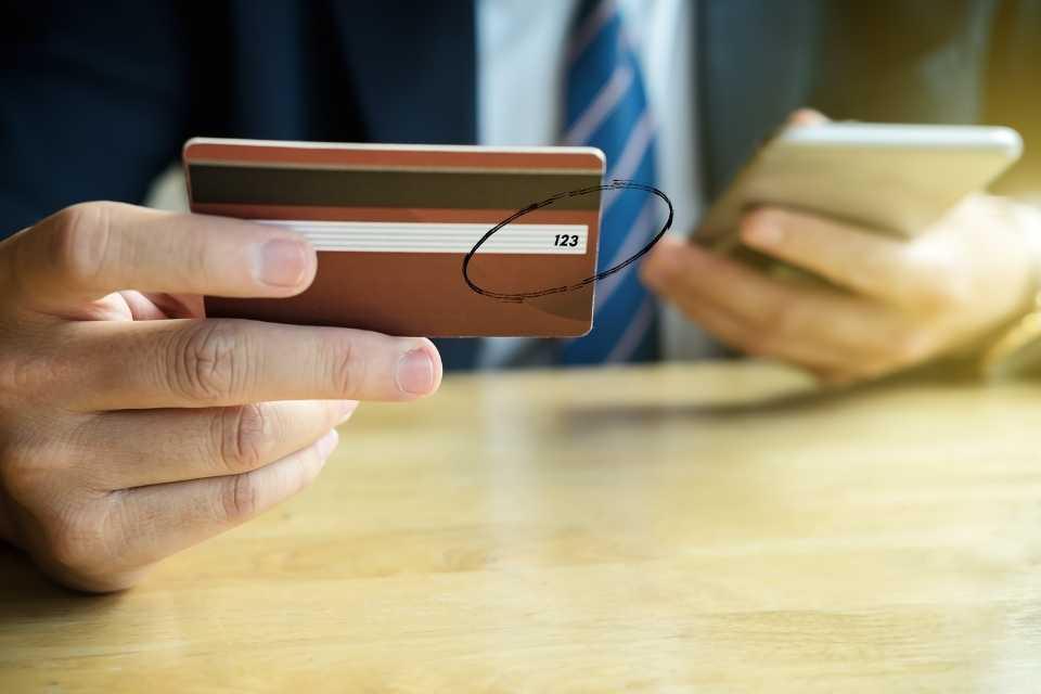Imagem de onde fica o CVV do cartão de crédito