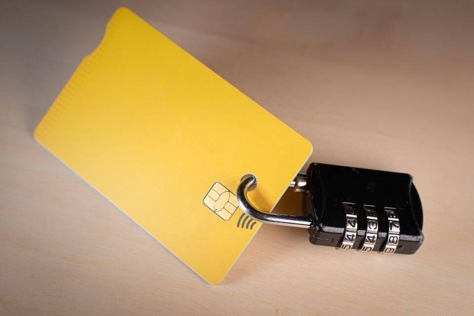 Cartão com cadeado representando o tema o que é crédito rotativo