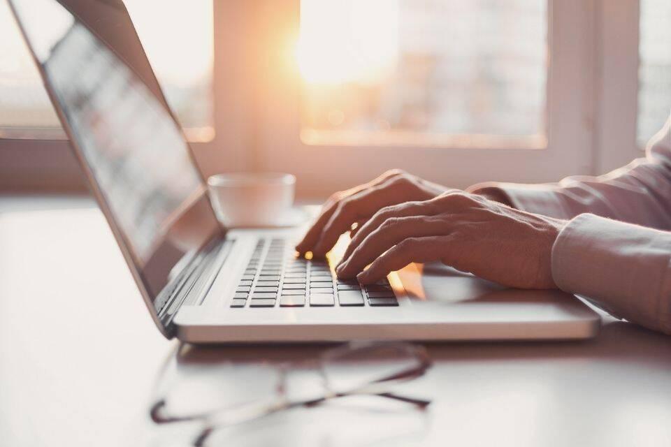 Pessoa buscando conseguir renda extra online